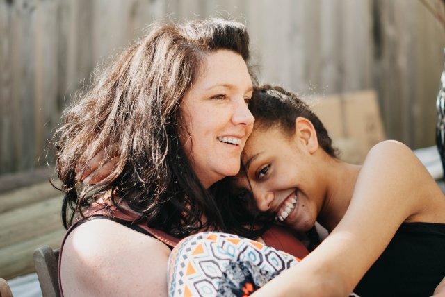 moeder en tienerdochter (plegzorg) emma-goldsmith-669771-unsplash