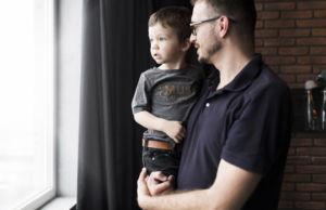 Vader met zoon op zijn arm