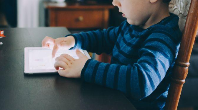 getraumatiseerd kind krijgt les op een ipad