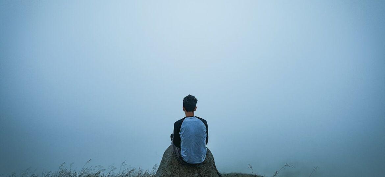 mannelijke slachtoffer van mensenhandel op een rots