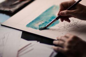 Henny schildert een schilderij over kindermishandeling