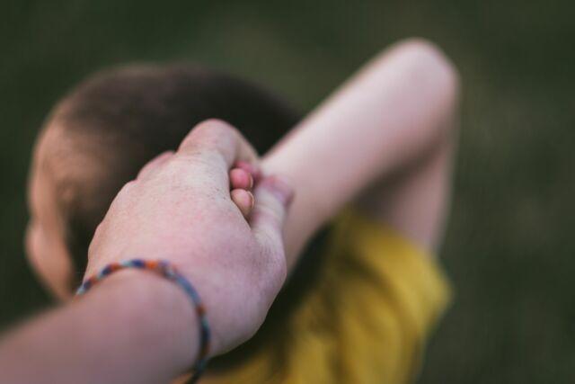 Hand ouder en kind