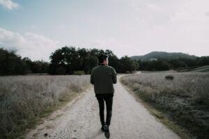 slachtoffer van seksuele uitbuiting loop over veld